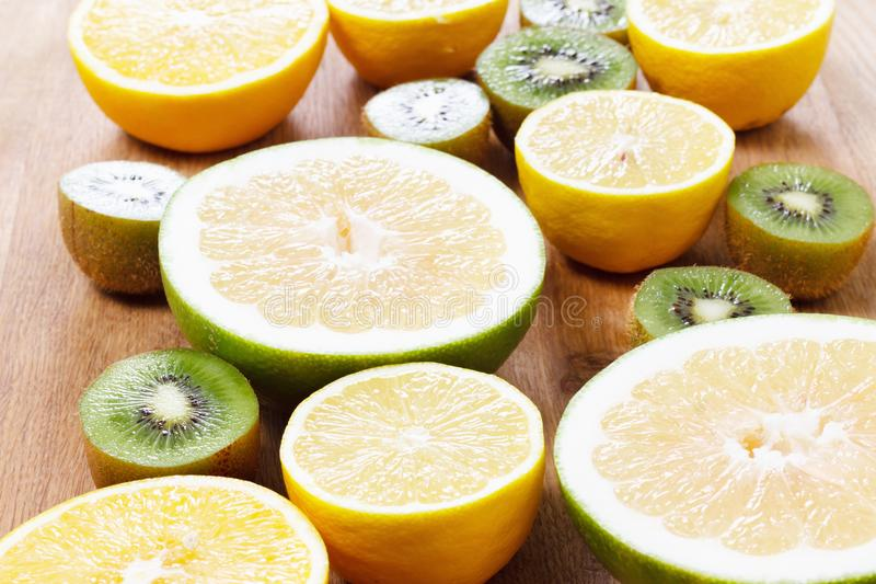 Citrusvruchtensinaasappel, citroen, grapefruitmandarin kalkachtergrond stock fotografie