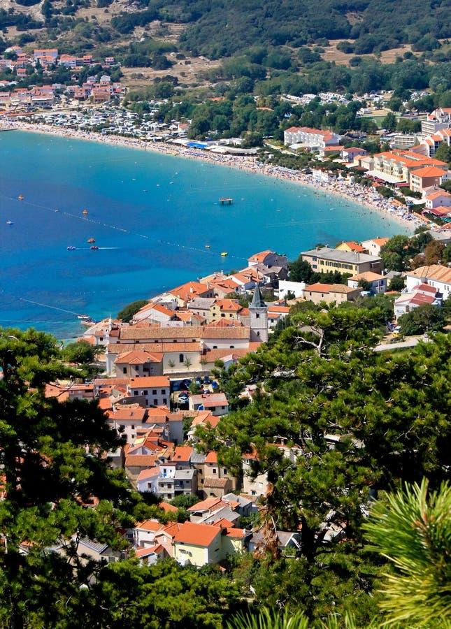 Città adriatica della vista aerea verticale di Baska fotografia stock