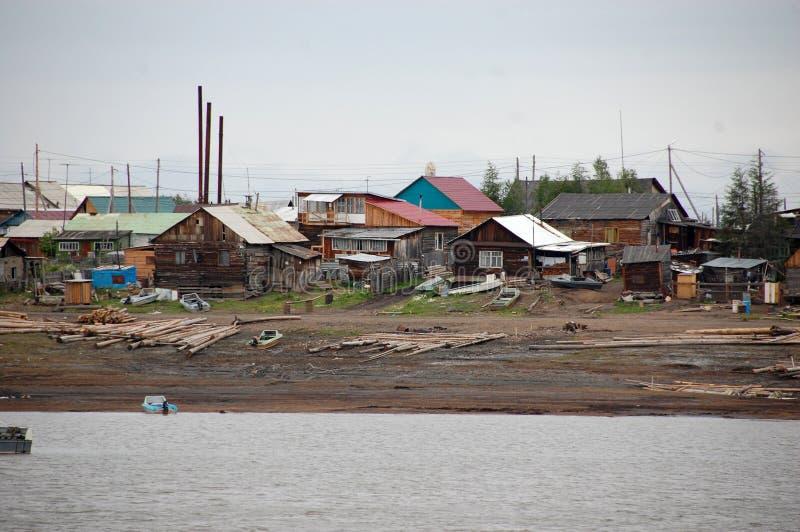 Città alla costa del fiume di Kolyma fotografia stock
