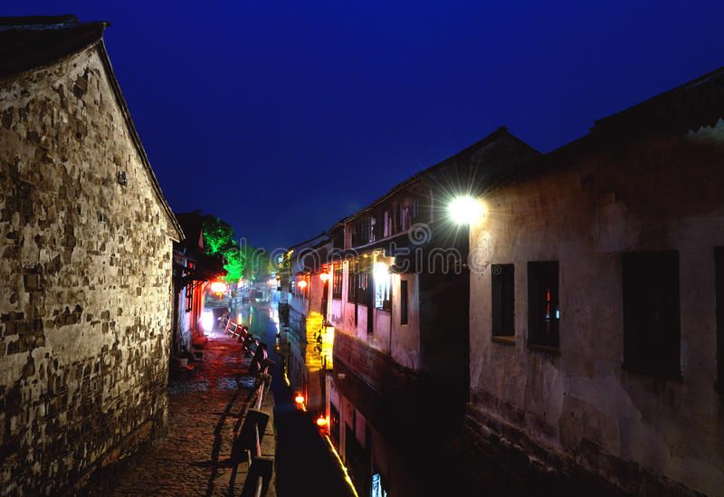 Città antica dell'acqua di Zhouzhuang suzhou alla notte fotografia stock libera da diritti