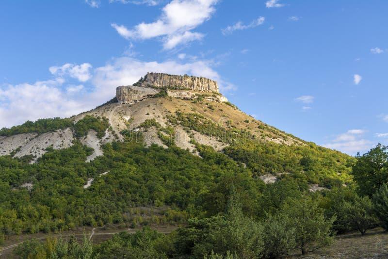 Città antica della caverna sul supporto Tepe-Kermen in Crimea immagine stock libera da diritti