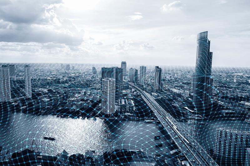 Città astuta in bianco e nero con connessione di rete, comunicazione senza fili immagine stock libera da diritti