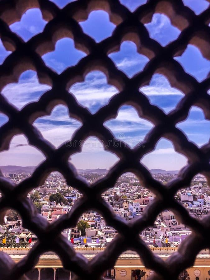 Città attraverso una finestra fotografia stock libera da diritti