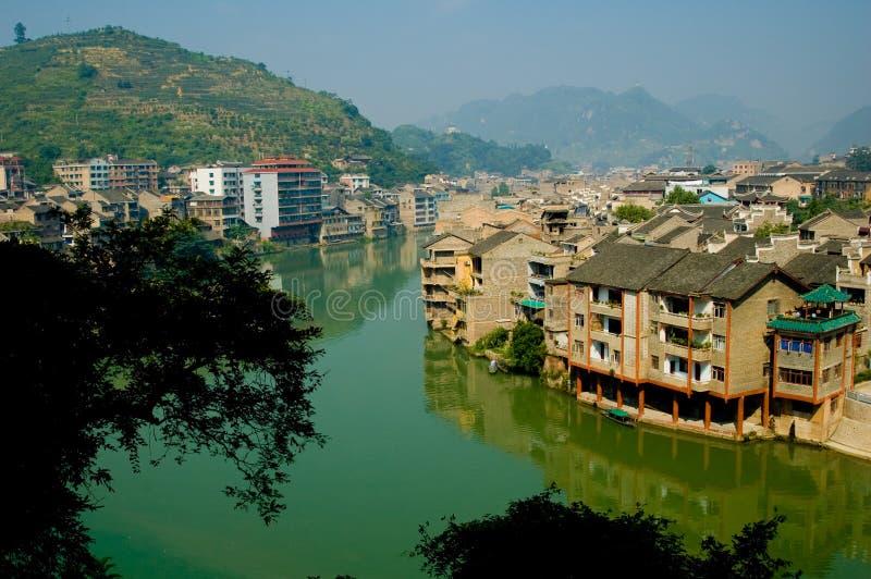 Città cinese sul fiume immagine stock