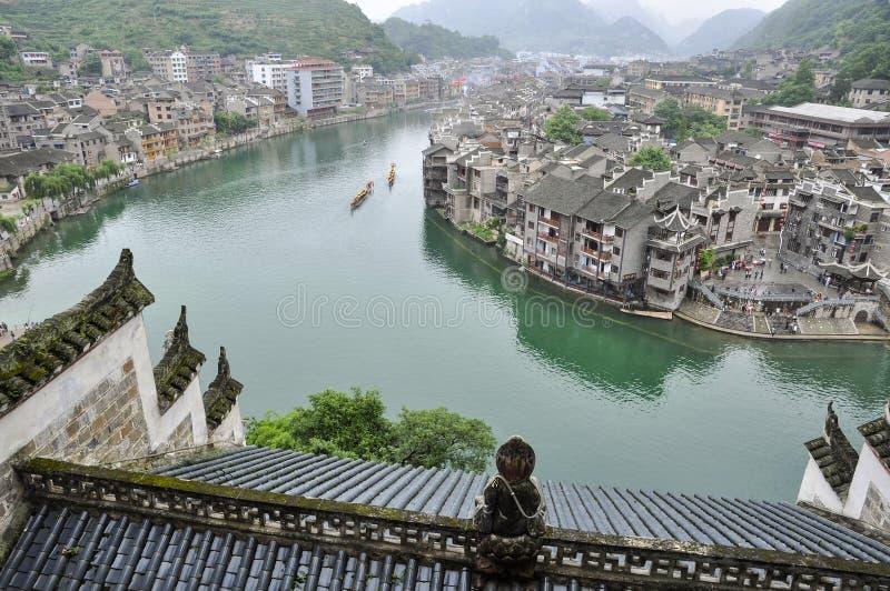 Città cinese sul fiume fotografia stock