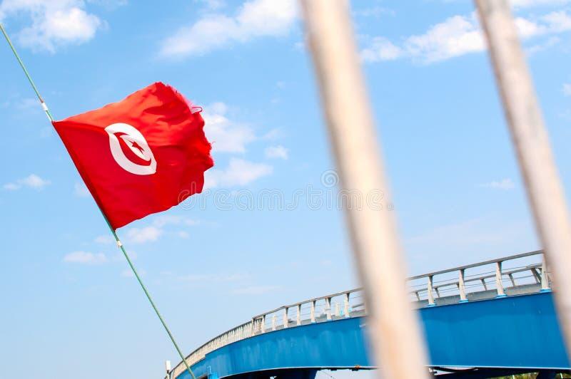 Città con bandiera, ponte e sbarre tunisine fotografie stock