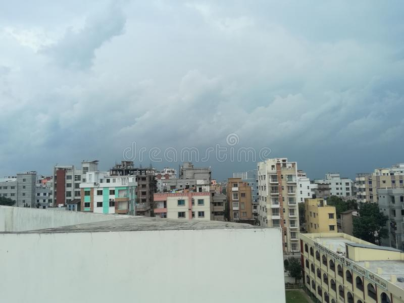 Città con il bello cielo fotografia stock