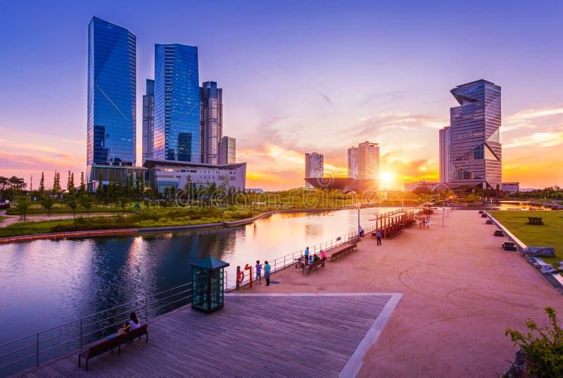 Città con il bello tramonto, Central Park di Seoul nel distretto aziendale internazionale di Songdo, Incheon Corea del Sud fotografia stock