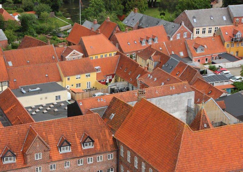 Città con il tetto di mattonelle rosse nella prospettiva di Birdseye fotografia stock libera da diritti