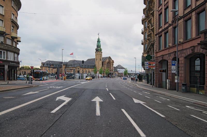 Città del centro, vista scenica alla stazione ferroviaria principale del Lussemburgo dal viale de la Liberte fotografia stock libera da diritti