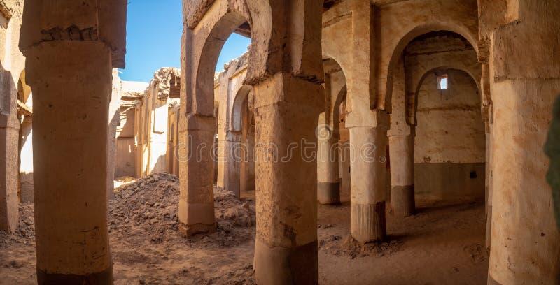 Città del deserto del villaggio del Marocco, di Mhamid con le dune di sabbia e di vecchia moschea musulmana in Africa del nord, v fotografie stock