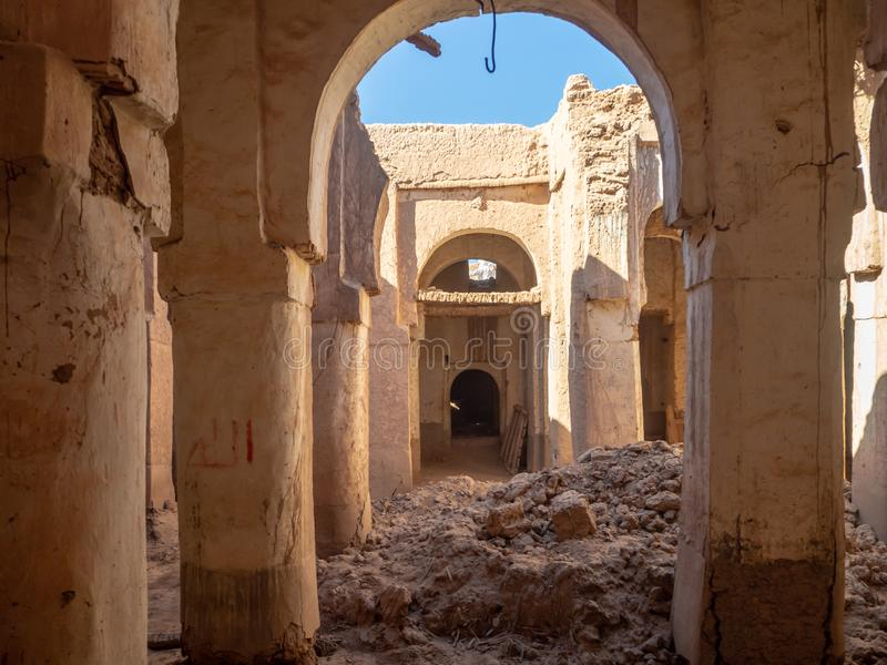 Città del deserto del villaggio del Marocco, di Mhamid con le dune di sabbia e di vecchia moschea musulmana in Africa del nord, v immagini stock