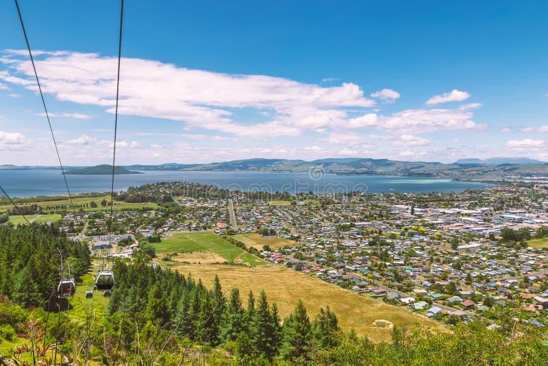 Città del Distretto di Rotorua e vista e cabina di funivia del lago alla cima della collina fotografia stock