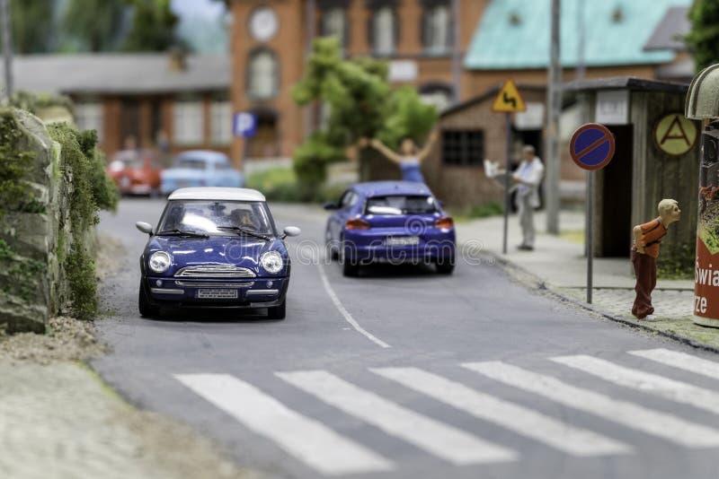 Città del giocattolo della via con traffico e la gente fotografia stock libera da diritti