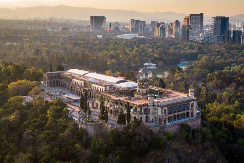 Città del Messico, vista aerea del castello di Chapultepec al tramonto fotografia stock libera da diritti