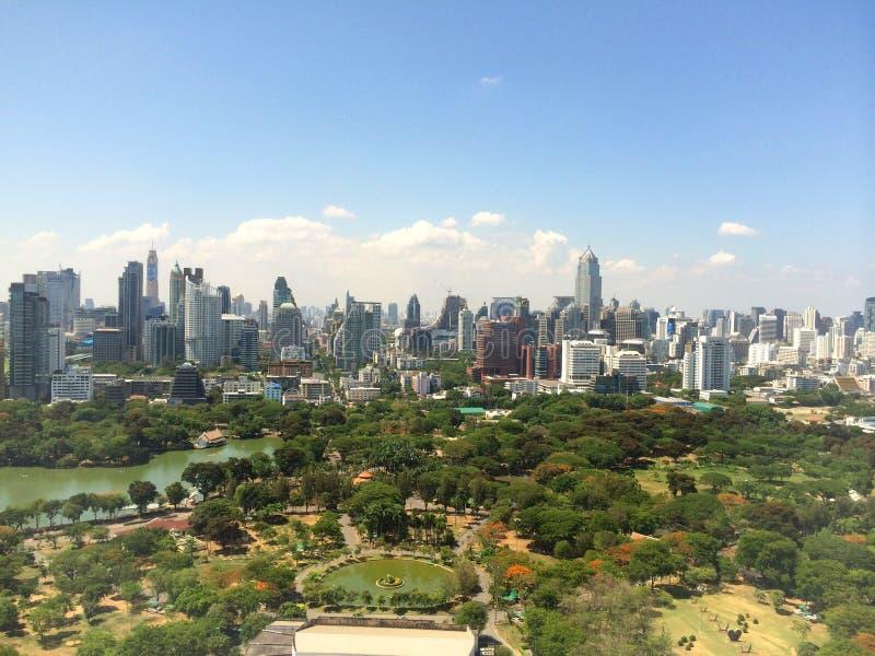 Città del paesaggio della costruzione di vista superiore, cielo blu fotografie stock libere da diritti