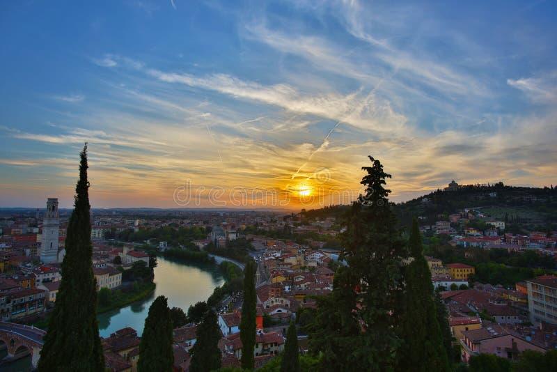 Città del paesaggio di crepuscolo di Verona fotografia stock libera da diritti