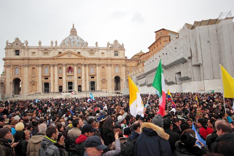 Folla nel quadrato di St Peter prima dell'Angelus di papa Francis I fotografia stock libera da diritti