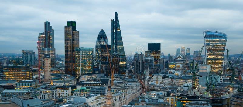 Città dell'aria di Londra, di affari e di attività bancarie Il panorama di Londra nell'insieme del sole fotografia stock