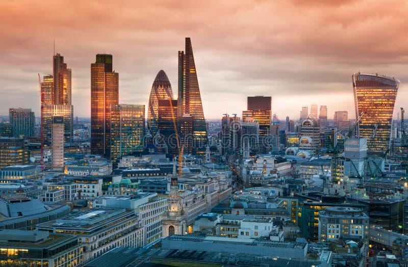 Città dell'aria di Londra, di affari e di attività bancarie Il panorama di Londra nell'insieme del sole immagini stock