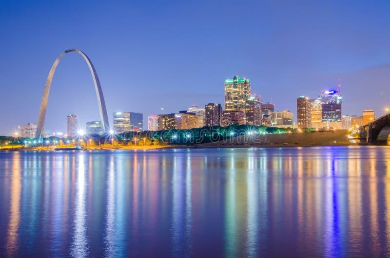 Città dell'orizzonte di St Louis Immagine di St. Louis del centro con il portone fotografia stock