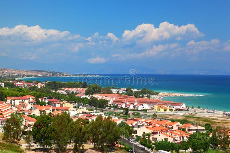 Città della città sul litorale compreso le piccole dimore immagine stock libera da diritti