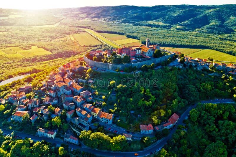 Città della collina di Motovun alla vista aerea di tramonto fotografie stock libere da diritti