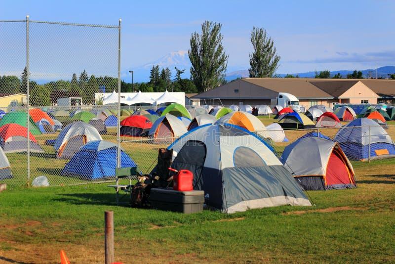 Città della tenda per i pompieri, i volontari e servic immagini stock