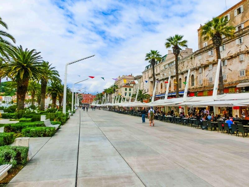 Città della vista di lungomare della palma di spaccatura, Dalmazia, Croazia immagini stock