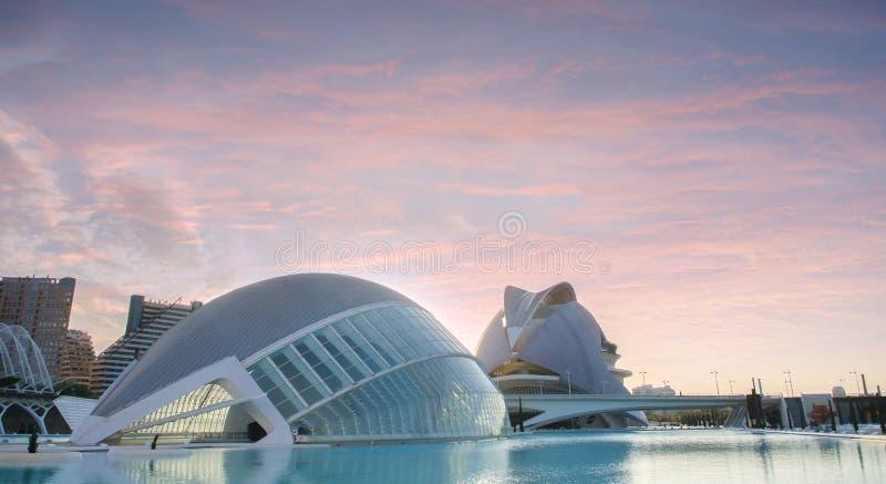 Città delle arti e delle scienze a Valencia nel tramonto, L'Hemisferic ed EL Palau de les Arts Reina Sofia, Spagna immagini stock