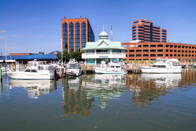 Città delle costruzioni di lungomare e barche Hampton Virginia fotografie stock libere da diritti