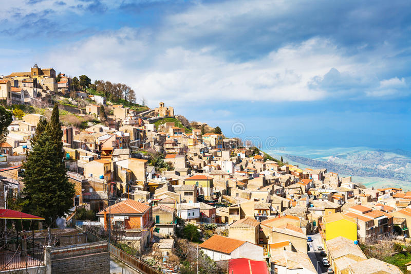 Città di Aidone in Sicilia in primavera, Italia immagine stock