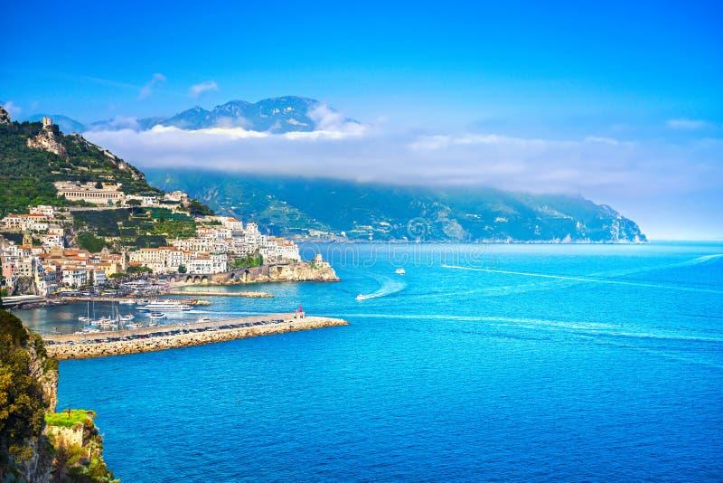 Città di Amalfi e costa, vista panoramica L'Italia fotografia stock