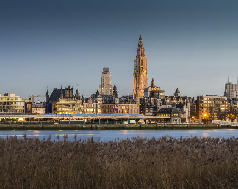 Città di Anversa, Belgio GENNAIO, vista 8 2015 dalla sponda del fiume, Anversa, Belgio GENNAIO, 8 del 2015 immagine stock