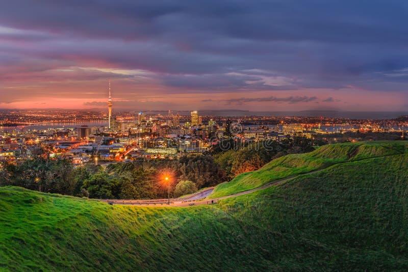 Città di Auckland dal vulcano dell'Eden della montagna Auckland, Nuova Zelanda fotografia stock libera da diritti