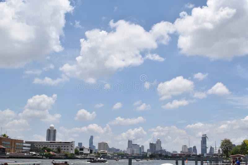 Città di Bangkok dal lato del fiume fotografia stock libera da diritti
