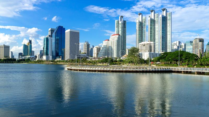Città di Bangkok - distretto aziendale del centro di paesaggio urbano fotografia stock libera da diritti