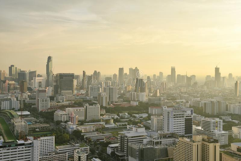 CITTÀ di BANGKOK, TAILANDIA - edificio per uffici urbano, città inquinante in pieno di polvere e smog, inquinamento atmosferico fotografie stock