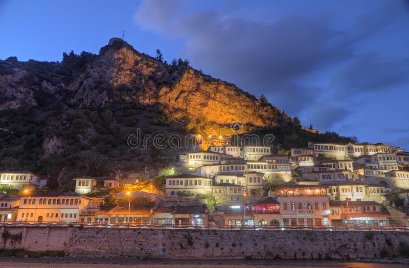 Città di Berat in Albania alla notte fotografia stock libera da diritti
