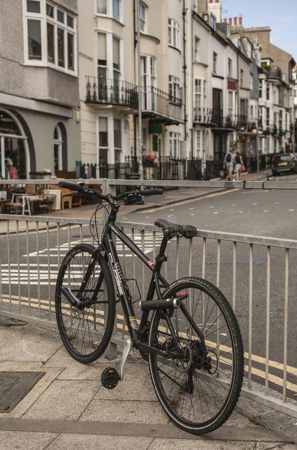 Città di Brighton - una via con una bici fotografie stock