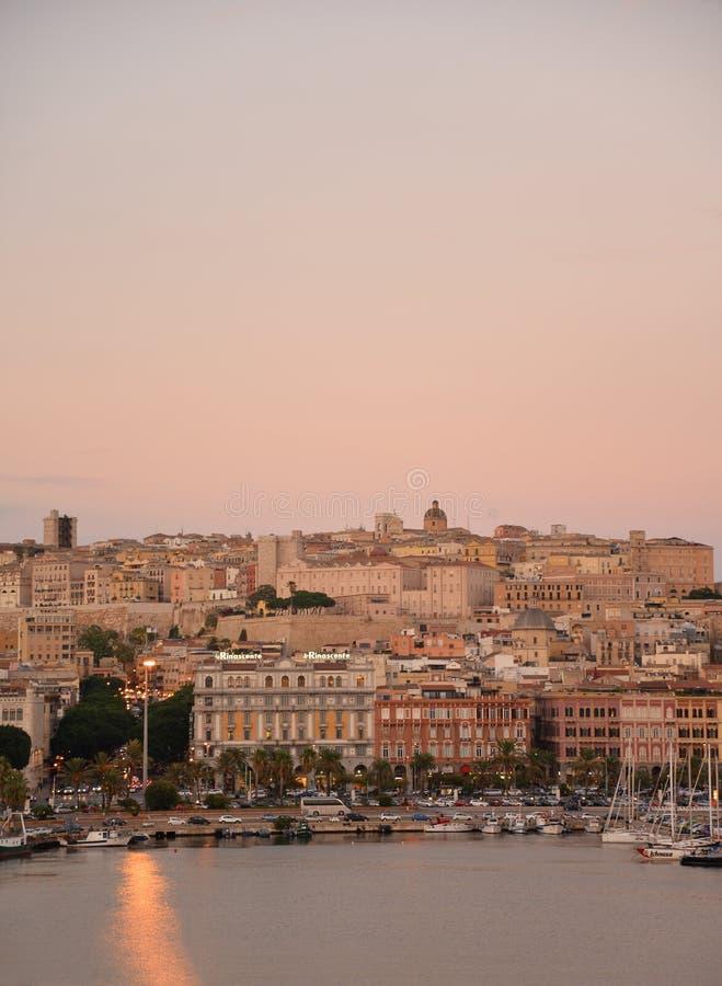 Città di Cagliari, Sardegna, Italia Vista di vecchio centro urbano al crepuscolo fotografia stock