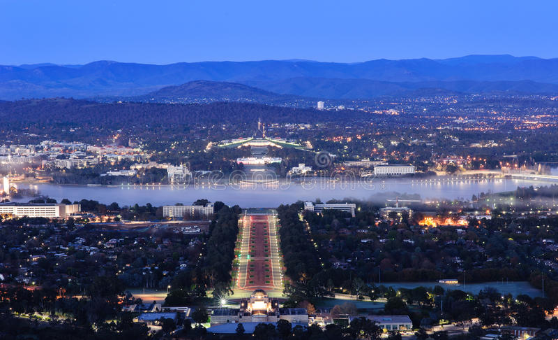 Città di Canberra alla notte fotografia stock