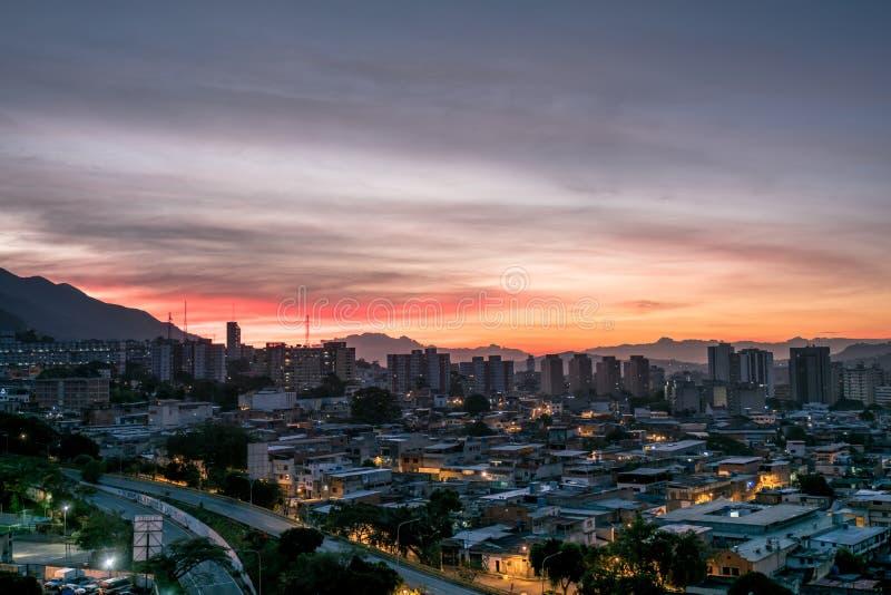 Città di Caracas al crepuscolo immagine stock
