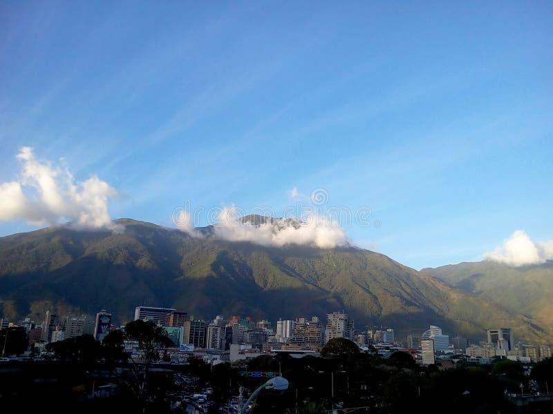 Città di Caracas con il EL Avila di Cerro nei precedenti fotografie stock