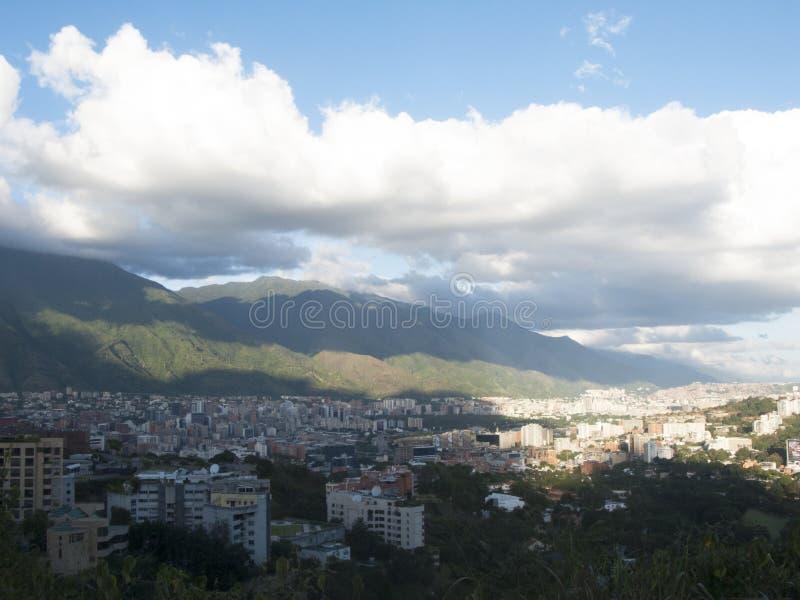 Città di Caracas con il EL Avila di Cerro nei precedenti immagine stock