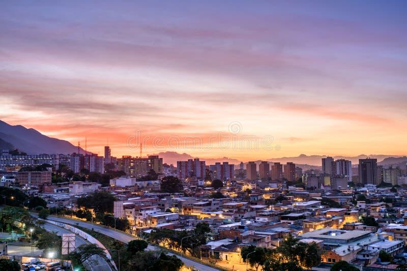 Città di Caracas durante il tramonto immagine stock libera da diritti