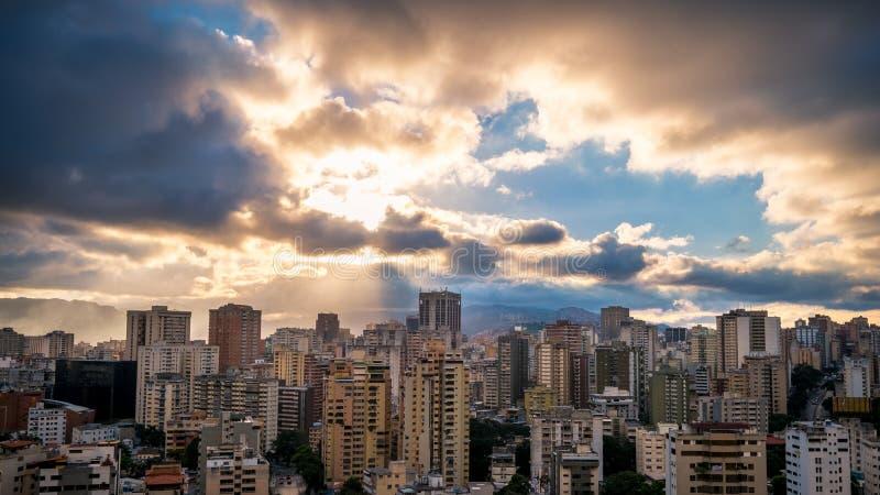 Città di Caracas durante il tramonto immagine stock