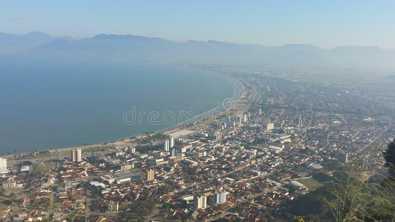 Città di Caraguatatuba nel Brasile fotografie stock libere da diritti