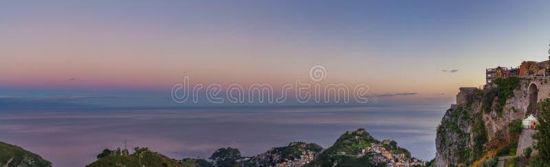 Città di Castelmola sulla cima della montagna rocciosa grandangolare fotografia stock libera da diritti