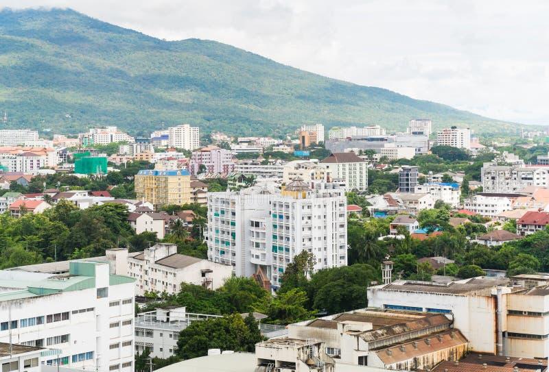 Città di Chiangmai con la montagna nel fondo in Tailandia immagine stock